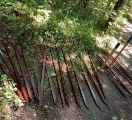 В Таманском лесу появилось 20 новых креплений для мешков
